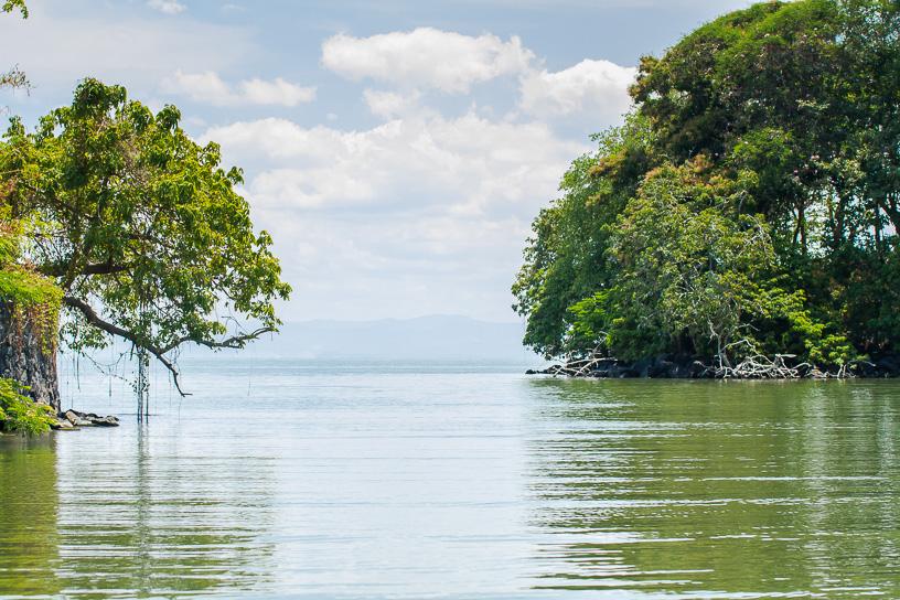 El recorrido por las isletas en las tranquilas aguas del Lago de Nicaragua dura 2:45 horas, y se hace a la mañana o al atardecer. Se recomienda mas la mañana para así poder hacer el recorrido nocturno por las cuevas del volcán Masaya.