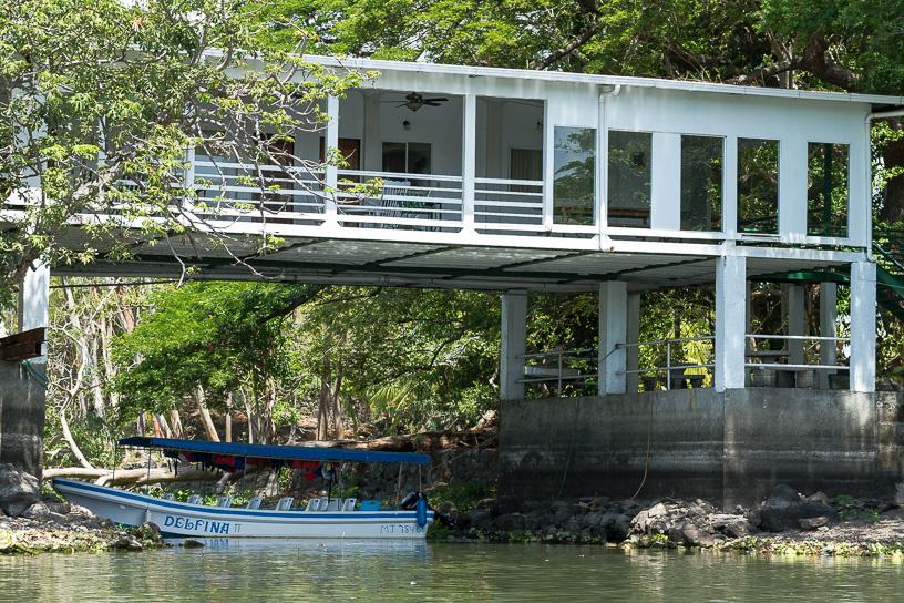 Varias de las pequeñas isletas, han sido vendidas a extranjeros por sumas irrisorias, otras han sido propiedad de gente poderosa de Managua la capital ambos casos como casas de veraneo.