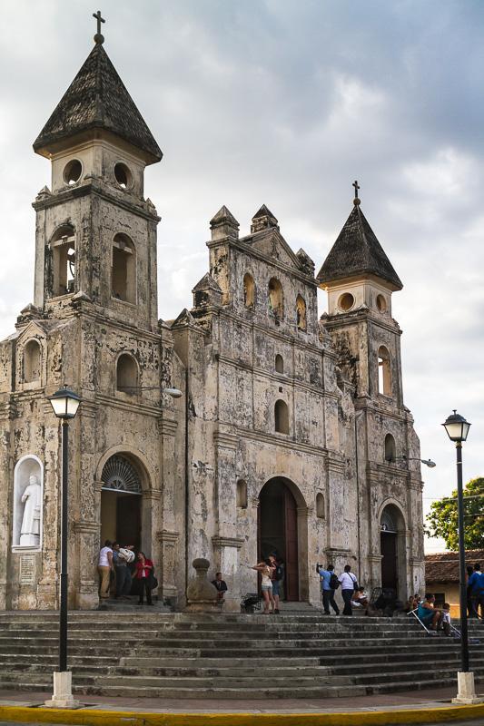 Iglesia de Guadalupe, bajando para el malecón de Granada por la Calle La Calzada.