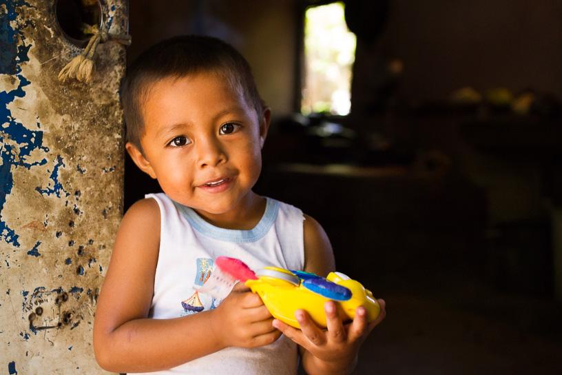 Manuelito, niño de las isletas, cuando este mas grande ira en lancha a estudiar a la escuela La Esperanza, la escuela de las isletas, que recientemente fue mejorada por un programa del banco privado Lafise. Granada, Nicaragua.