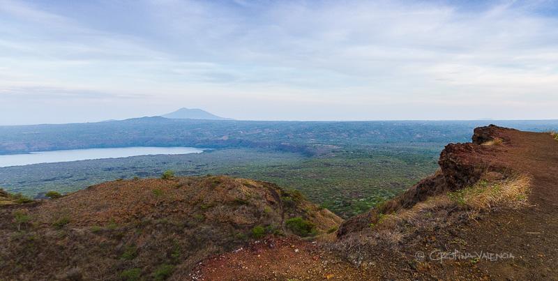 Laguna Masaya y volcán Mombacho al fondo.  Parque nacional volcán Masaya, Nicaragua
