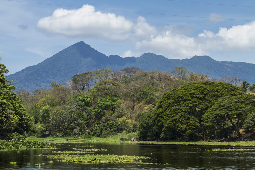Volcán Mombacho desde las isletas del Lago Cocibolca.