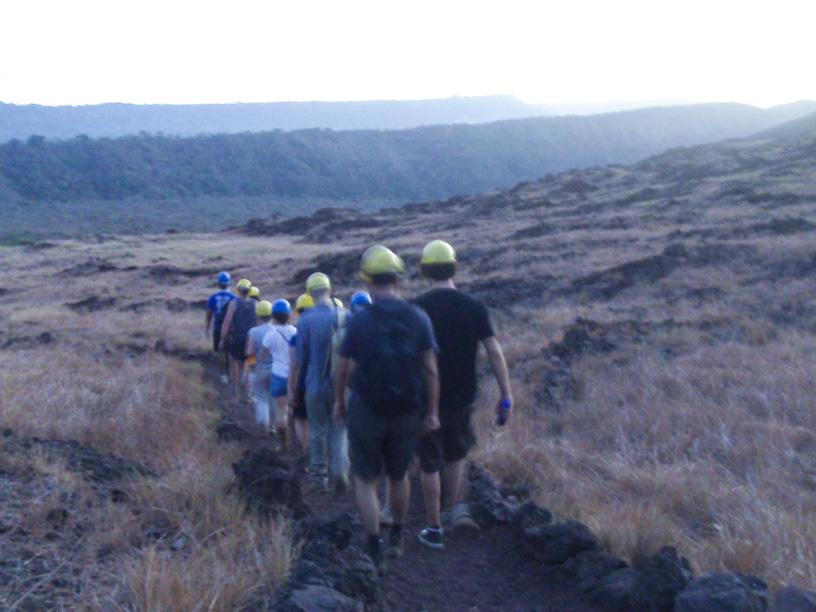 Camino a cuevas de antiguos ríos de lava