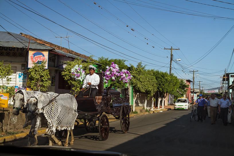 Masaya es una pequeña ciudad que parece detenida en el tiempo, tiene una gran herencia indígena y es cuna del folclore en Nicaragua.  Justo entrando a la ciudad nos dieron un viaje al pasado con una marcha fúnebre en carroza tirada por caballos, nunca antes vi algo así. Masaya, Nicaragua.