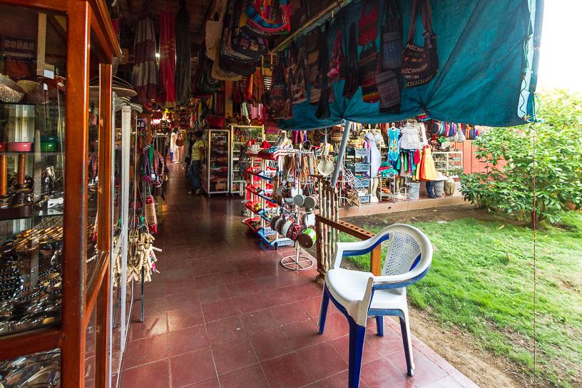 Lugar tranquilo y fresco para comprar, hay muchos pasillos con  locales llenos de color con sus famosas hamacas y cosas inusuales como sapos marrones inflados disecados, lagartos pequeños disecados, también bolsos tejidos y ropa tejida, zapatos, cinturones y bolsos de cuero ya que hay una importante industria ganadera en Nicaragua.  Mercado de Artesanías de Masaya