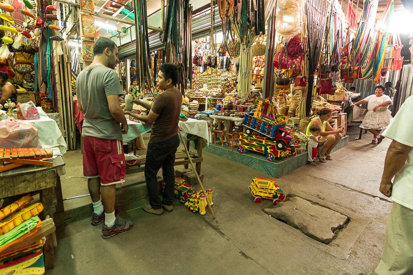 Cuando se entra al mercado municipal por la puerta principal se encuentran las ventas de artensanias. En este mercado se puede aplicar el arte del regateo.