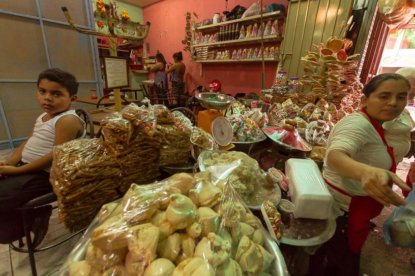 Entrando por la puerta principal nos encontramos con una puesto de dulces típicos nicaragüenses entre ellos el famoso Leche de Burra, que es un dulce de leche pero de burra dicen, sabe muy bien, tiene un toque leve de acidez que contrasta bien con el dulce.