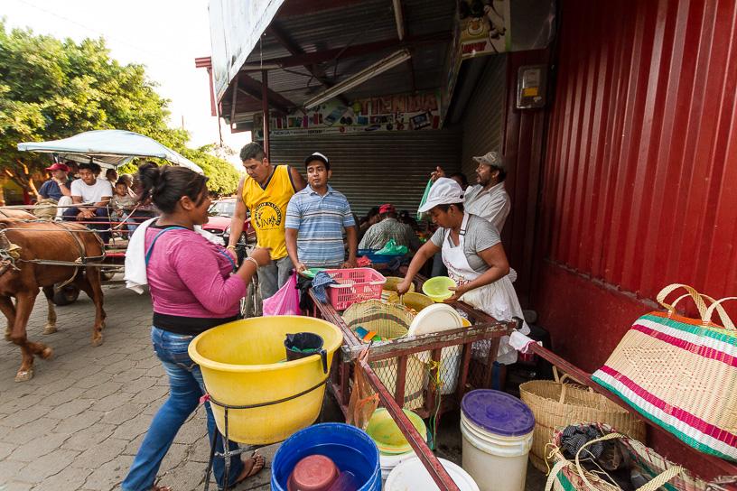La dificil situación enconómica de Nicaragua hacen que se creen negocios recursivos, como este puesto de almuerzos moviles. Mercado Municipal.  Masaya, Nicaragua.