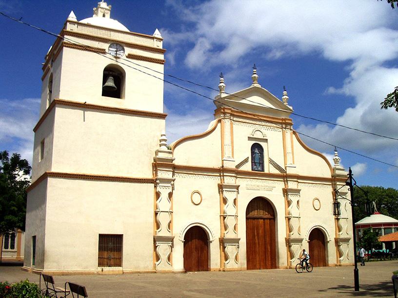 Iglesia Nuestra Señora de la Asuncion en el Parque Central de Masaya, de donde es fácil ubicarse para ir al Mercado de Artesanías.