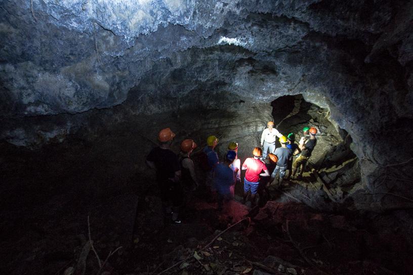 Entrada a la cueva de antiguos ríos de lava.