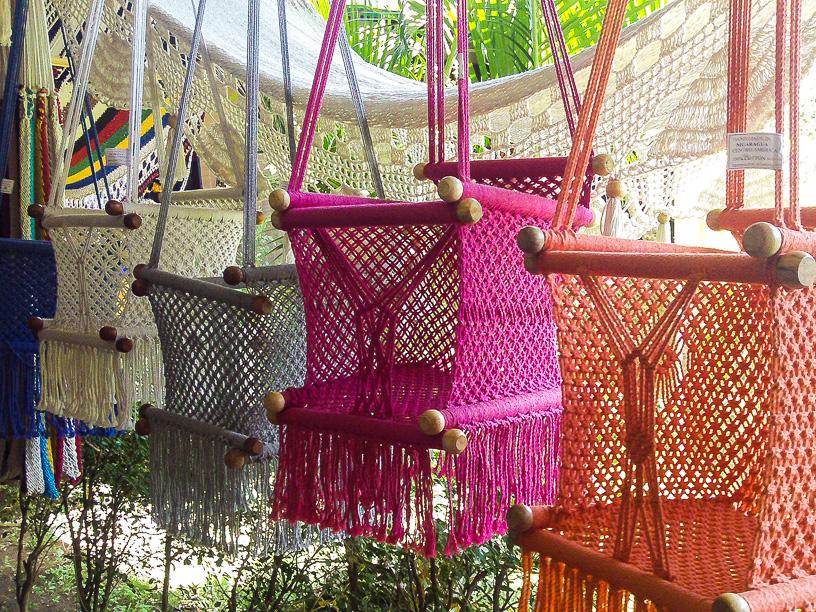 Existen muchos estilos de hamacas, las mas populares son las que están sujetas a maderos en los extremos y hay variaciones de esta, como sillas hamacas en varios tamaños.
