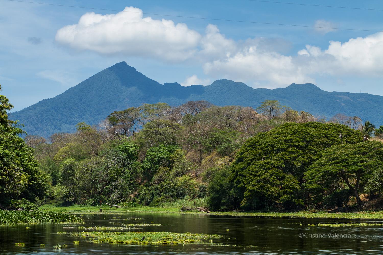 En sereno recorrido por las isletas aparece el volcán Mombacho, con la punta mordisqueada ferozmente en una de sus erupciones que fueron las que dieron origen a las 365 islestas
