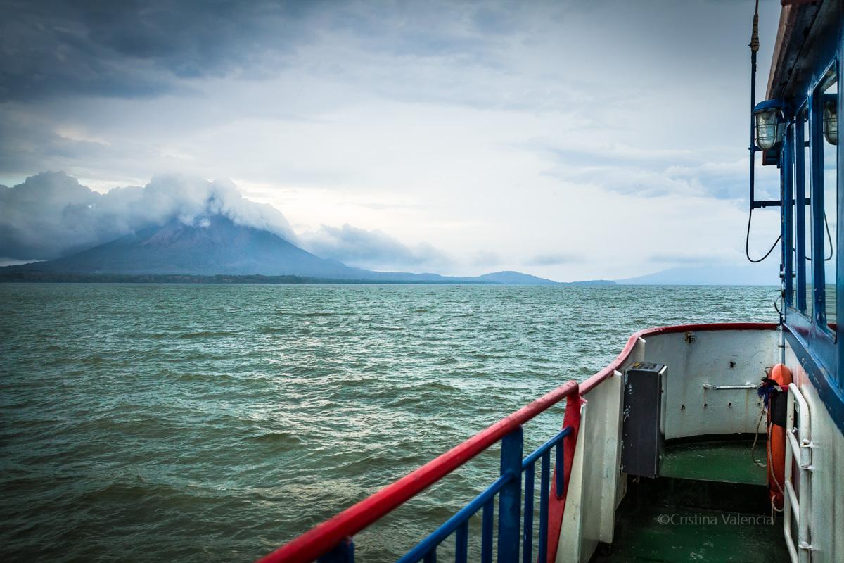 Ferry El Rey del Cocibolca, comienza la aventura a Ometepe. La isla volcán con el Concepción y el Maderas un poco mas atrás.