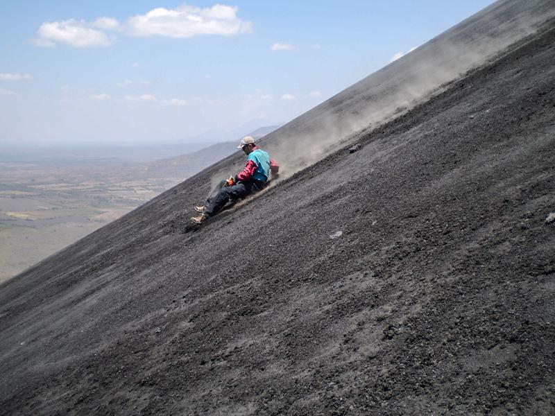Sandboarding, o deslizada en tabla por la ladera del Volcán Cerro Negro