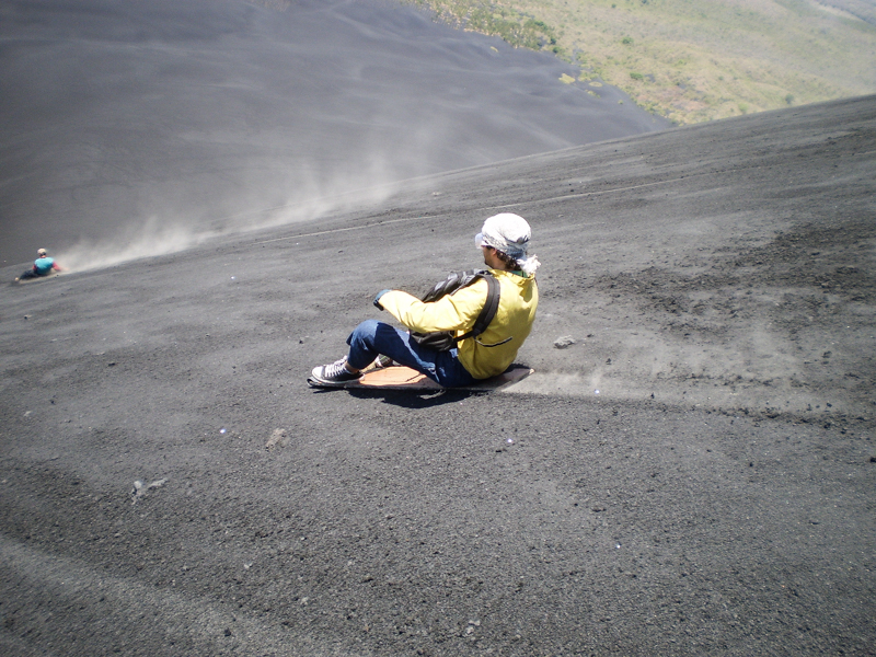 turismo-leon-volcan-cerro-negro-nicaragua-sandboarding-cerro-negro