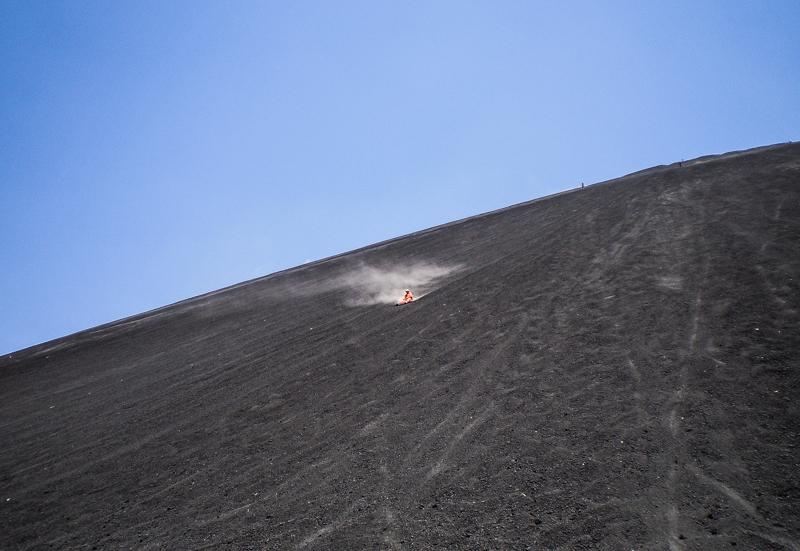 sandboarding-surf-en-arena-volcan-cerro-negro-leon-nicaragua-turismo